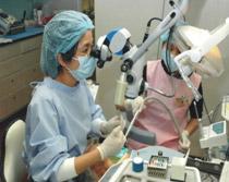 專科醫師以顯微鏡和超音波進行再治療
